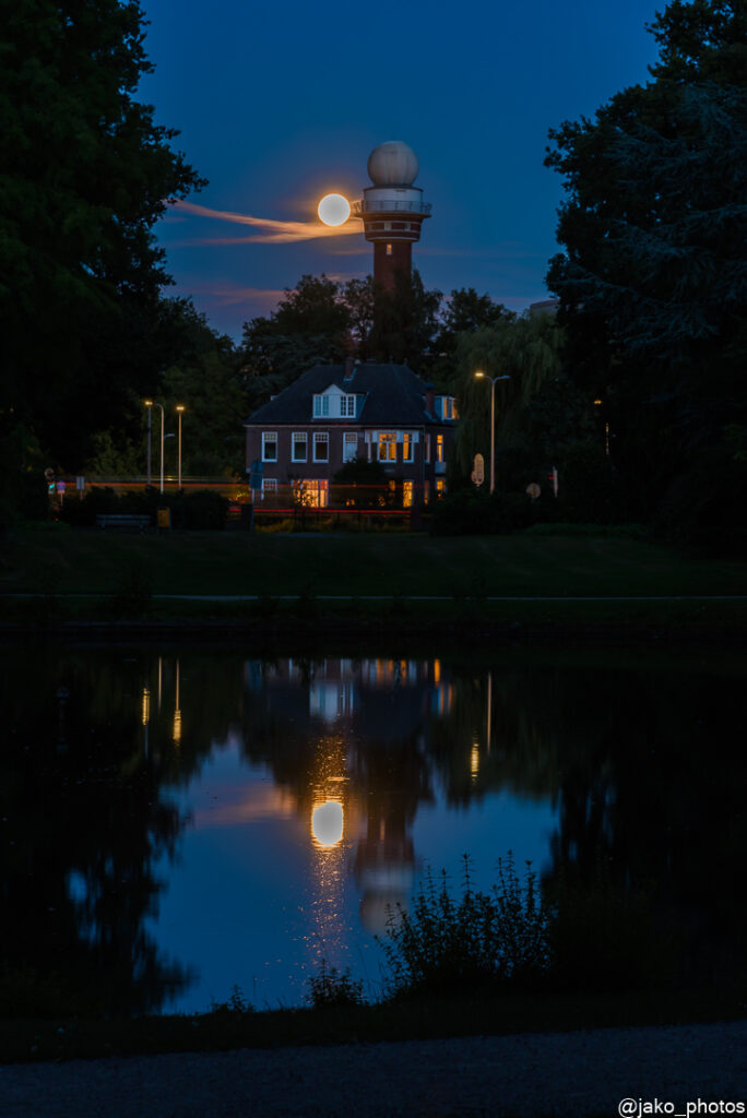 KNMI toren tijdens blauwe uurtje